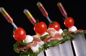 Mise en bouche avec pipette de sauce, pour un cocktail contemporain