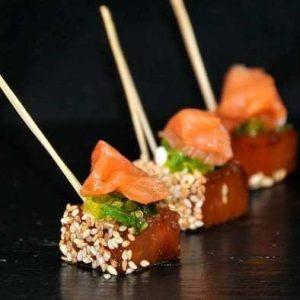 Cœur de filet de thon au sésame et saumon élaboré par Escapade réceptions, traiteur à Paris.