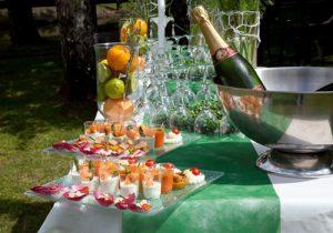 Buffet d'extérieur pour vos réceptions privées, élaborées dans le plus grand raffinement par Escapade traiteur