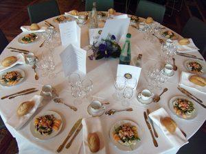 Mise en place de table de réception pour un repas à la Mairie de Paris - Escapade traiteur